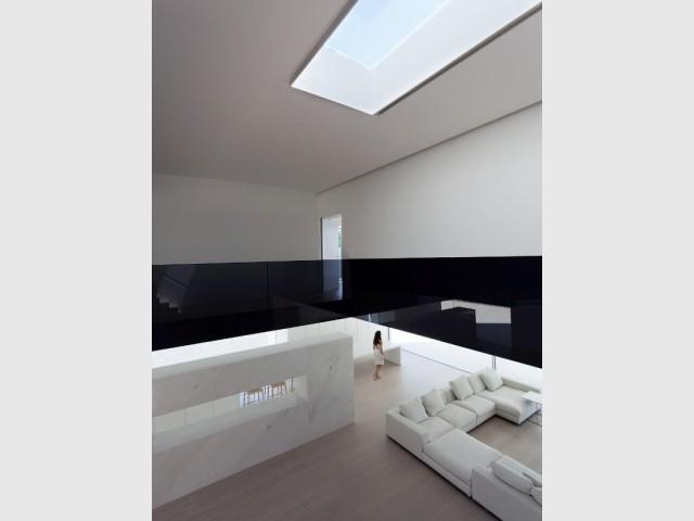 Au rez-de-chaussée, un espace à vivre épuré et optimisé - Casa Balint par Fran Silvestre Architectos