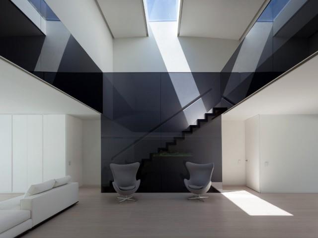 Des garde-corps noirs pour le vide sur séjour central - Casa Balint par Fran Silvestre Architectos