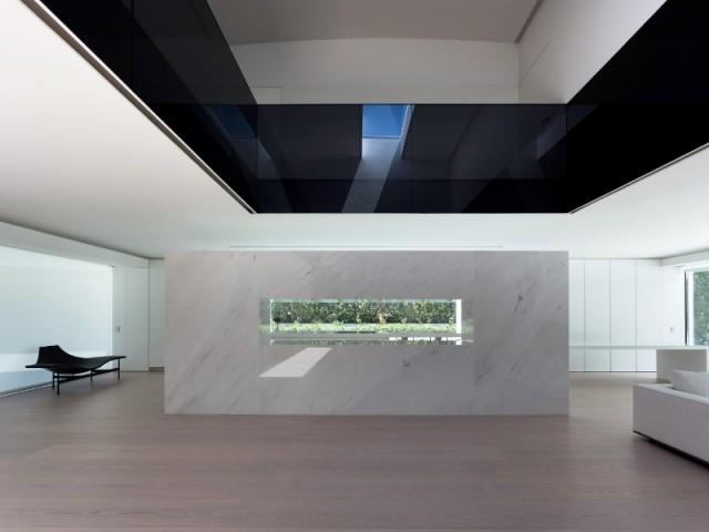 Une cloison qui sépare le salon de la cuisine - Casa Balint par Fran Silvestre Architectos