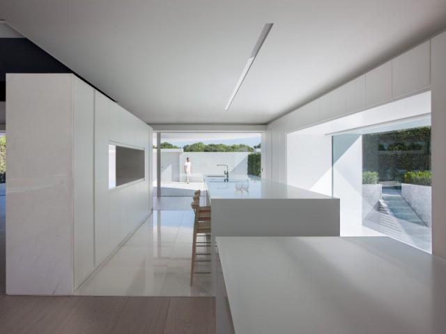 Une cuisine américaine grand format où l'électroménager se fait discret - Casa Balint par Fran Silvestre Architectos