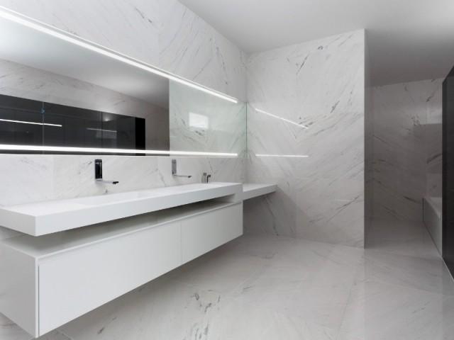 A l'étage, des salles de bains luxueuses - Casa Balint par Fran Silvestre Architectos