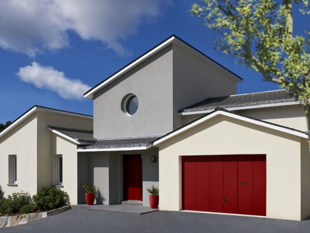 Une porte de garage rouge pour un pavillon remis en éclat - Embellir l'extérieur de sa maison