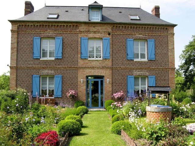 Des volets bleus pour une maison mise en lumière - Embellir l'extérieur de sa maison