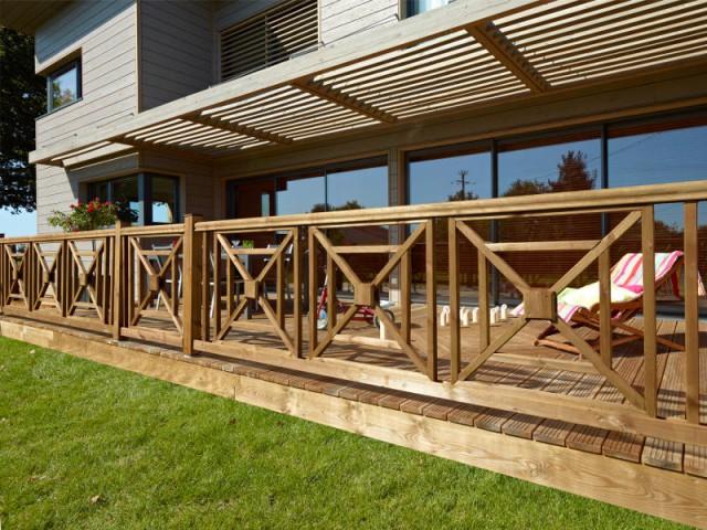 Un garde-corps en bois pour une maison chaleureuse et naturelle - Embellir l'extérieur de sa maison