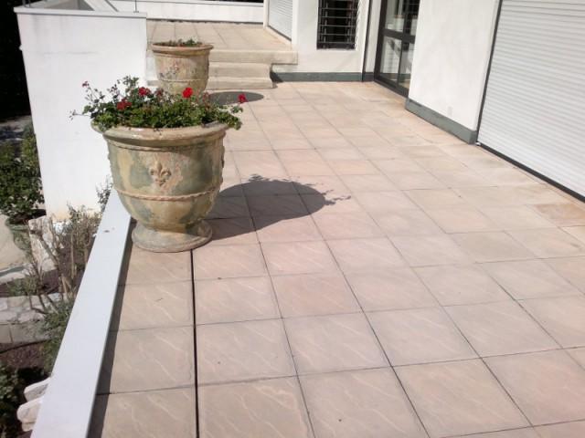 Avant : des terrasses classiques et vieillissantes  - Rénovation d'abords de piscine et terrasses