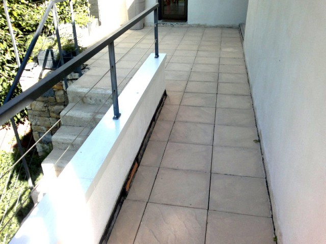 Avant : des dalles qui n'étaient pas en accord avec le style de la maison - Rénovation d'abords de piscine et terrasses