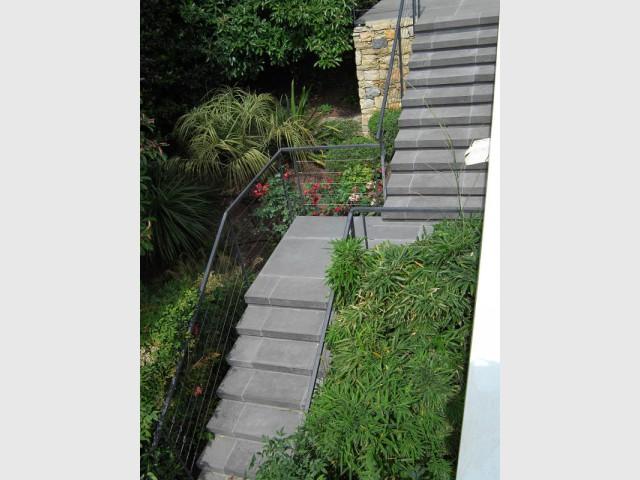 Des escaliers qui se marient désormais au paysage  - Rénovation d'abords de piscine et terrasses