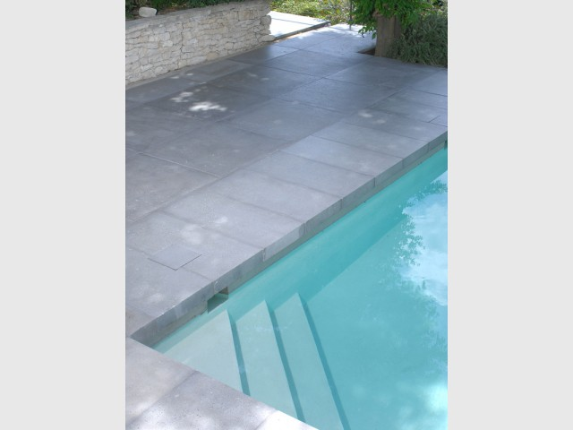 Des escaliers dans la piscine pour plus de confort - Rénovation d'abords de piscine et terrasses