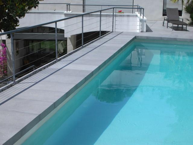 Des dalles de béton posées par-dessus les anciennes margelles  - Rénovation d'abords de piscine et terrasses