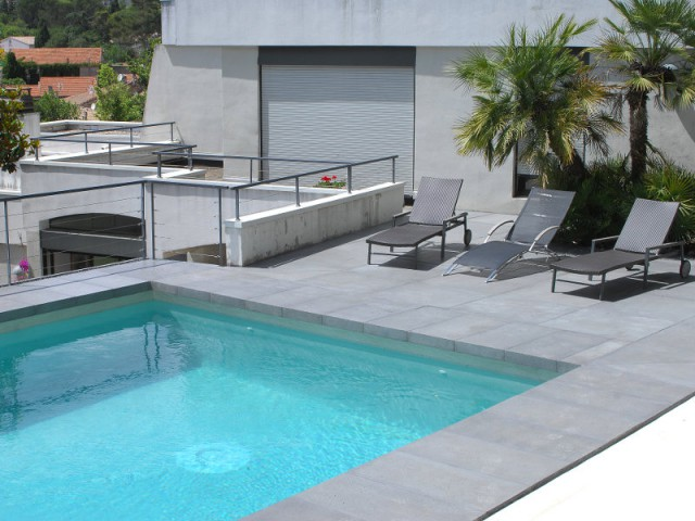 Une piscine au style contemporain - Rénovation d'abords de piscine et terrasses