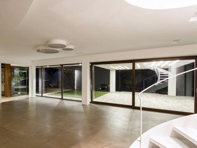 De longues baies vitrées pour profiter de la vue - Courtyard House in Trapani by Studio 4e