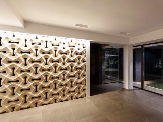 Une cloison en marbre façon moucharabieh - Courtyard House in Trapani by Studio 4e
