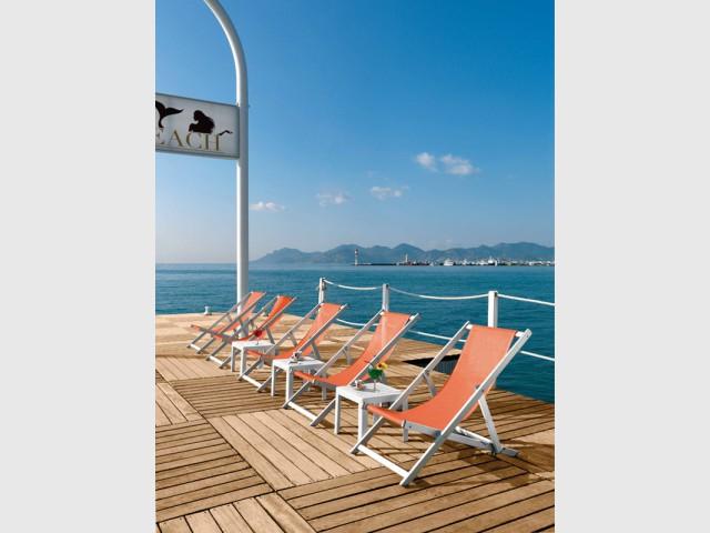 Des transats acidulés pour un espace moderne - Les plus belles plages de La Côte d'Azur