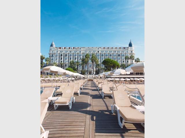 Un décor bicolore, le raffinement ultime - Les plus belles plages de La Côte d'Azur