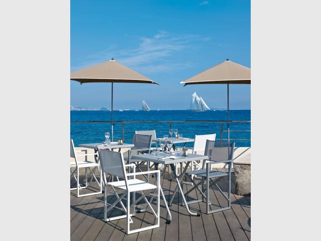 Des parasols sans bavolet pour conserver une vue dégagée - Les plus belles plages de La Côte d'Azur