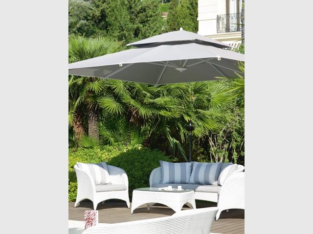Un parasol déporté pour gagner de la place et favoriser la convivialité - Les plus belles plages de La Côte d'Azur