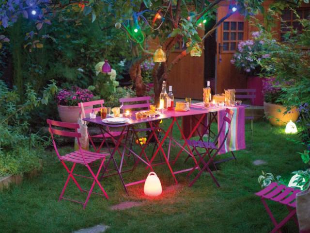 Une table rose pour un repas festif et lumineux à l'extérieur  - Tables estivales
