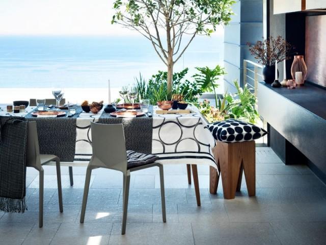 Une table noir et blanche pour un repas raffiné à l'extérieur  - Tables estivales