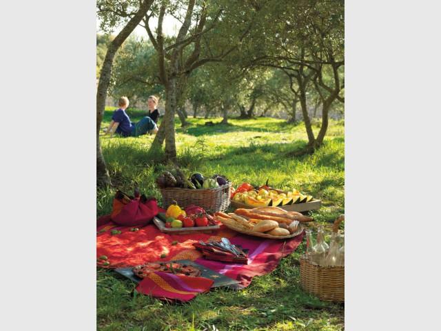 Une nappe chaleureuse pour un repas convivial à l'extérieur  - Tables estivales