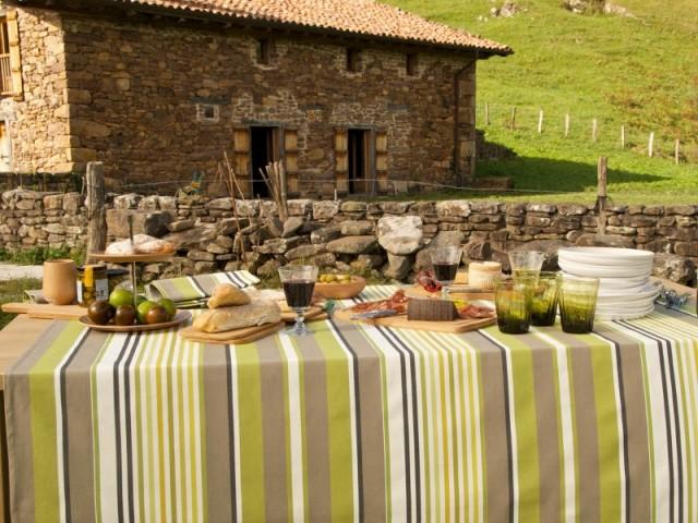 Une table aux couleurs naturelles pour un repas authentique à l'extérieur  - Tables estivales