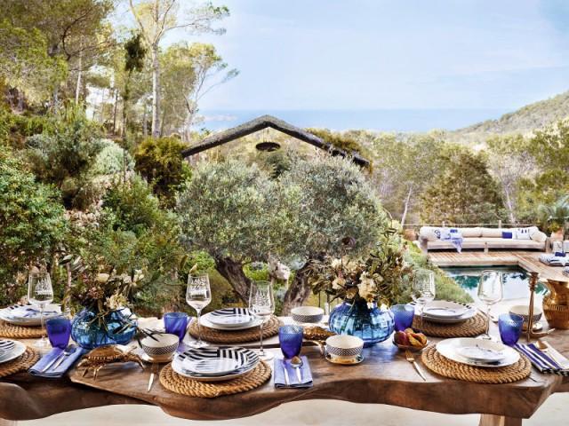 Une table bleue pour un repas nature à l'extérieur  - Tables estivales