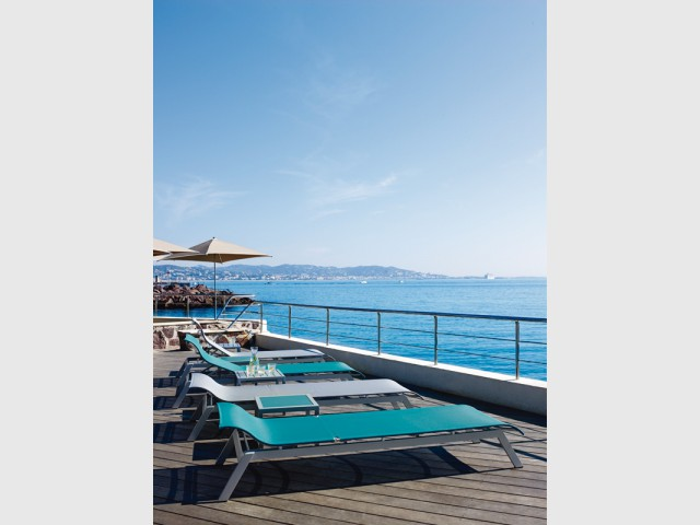 Des bains de soleil bas pour être au même niveau que l'eau - Les plus belles plages de La Côte d'Azur