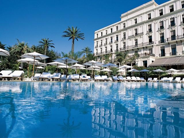 Du mobilier blanc pour accentuer le bleu de la piscine - Les plus belles plages de La Côte d'Azur
