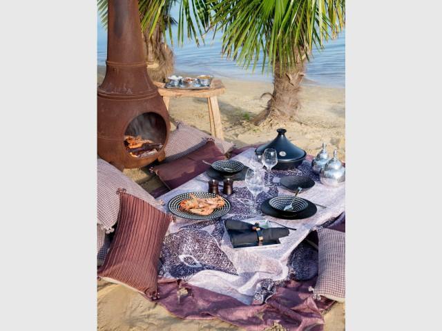 Une nappe violette pour un repas oriental à l'extérieur  - Tables estivales