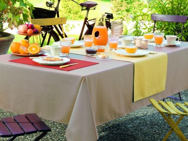 Une table color block pour un repas vitaminé à l'extérieur  - Tables estivales