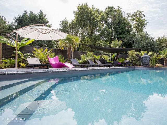 Un liner gris clair assorti aux pierres naturelles - Une piscine zen en Bretagne