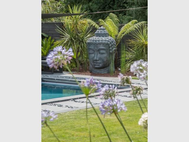 Le volet roulant, complètement cachée, devient une fontaine rétroéclairée - Une piscine zen en Bretagne