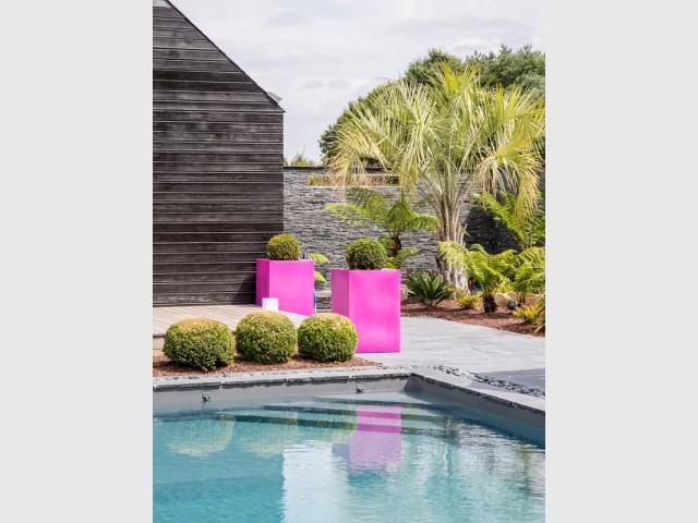Un escalier d'angle pour faciliter l'accès à la piscine - Une piscine zen en Bretagne