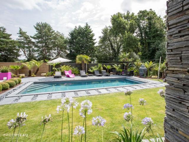 Une orientation optimisée pour favoriser la circulation dans le jardin - Une piscine zen en Bretagne