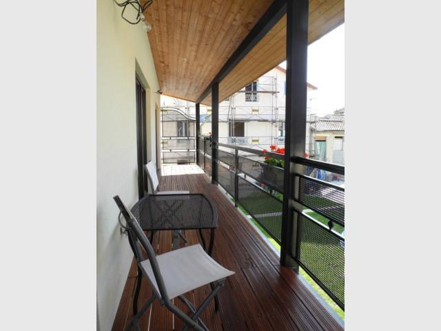 Une toiture débordante pour protéger les résidents - Un ancien hangar transformé en maison bois à Argentueil