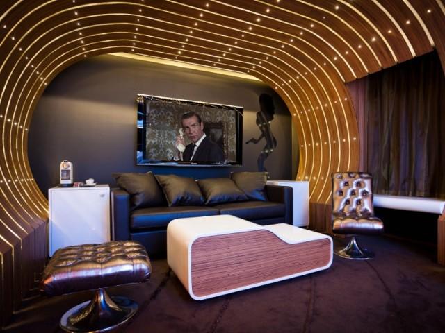 Un écran géant caché derrière une toile - Suite 007