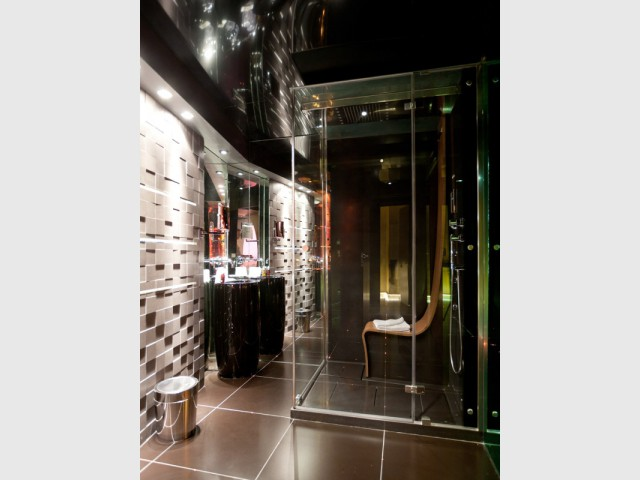 Une cabine de douche futuriste dans la salle de bains de James Bond - Suite 007