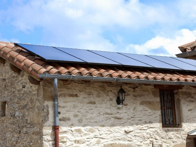Six modules hybrides installés sur le toit - Installation solaire hybride