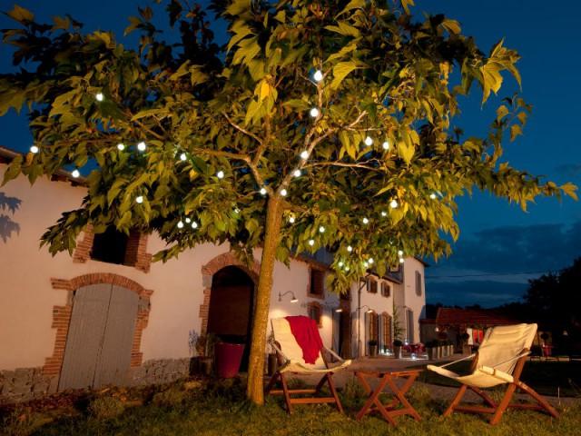 Une guirlande dans l'arbre pour un jardin festif - Eclairer son jardin l'été