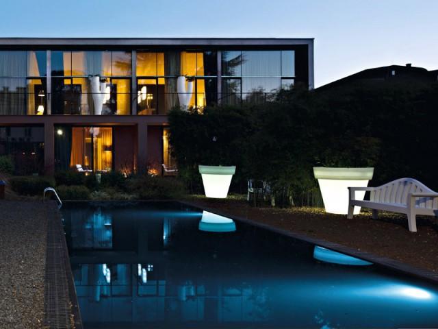 Des pots lumineux géants pour une piscine mystérieuse - Eclairer son jardin l'été