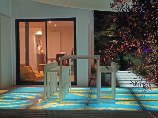 Des dalles de verre lumineuses pour une terrasse unique - Eclairer son jardin l'été