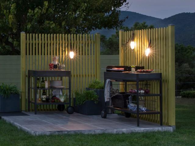 Des baladeuses pour un coin barbecue au style industriel - Eclairer son jardin l'été