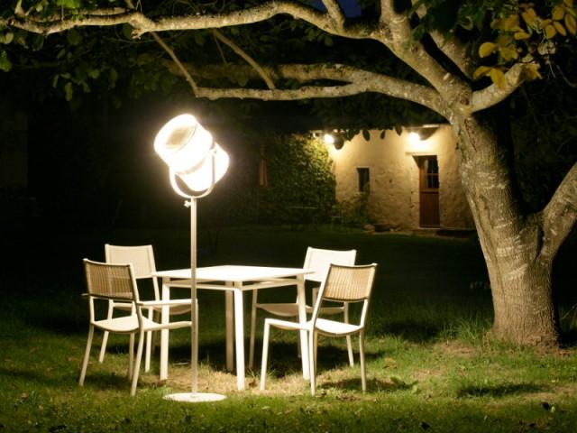 Un lampadaire d'extérieur pour un jardin comme un salon - Eclairer son jardin l'été