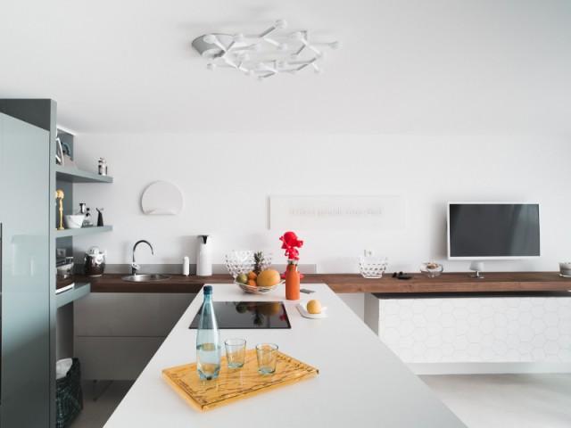 Un double plan de travail dans la cuisine - Appartement Lago au Cap d'Adge