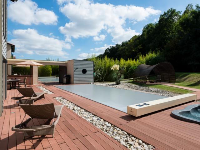 Des allées de galets pour un esprit minéral - Une couverture de piscine dissimulée dans une terrasse paysagère
