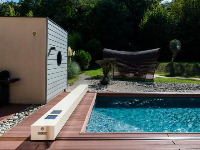 Un faible encombrement - Une couverture de piscine dissimulée dans une terrasse paysagère