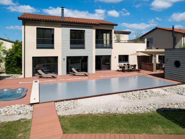 Une élégante intégration dans le paysage - Une couverture de piscine dissimulée dans une terrasse paysagère