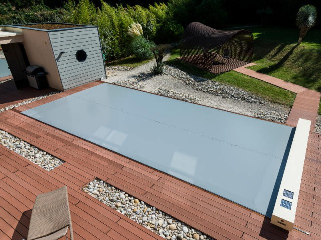 Une couverture lisse et sans irrégularité - Une couverture de piscine dissimulée dans une terrasse paysagère