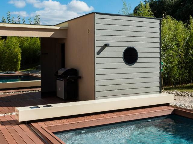 Un miroir reflétant la végétation - Une couverture de piscine dissimulée dans une terrasse paysagère