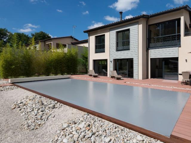 De faibles travaux d'installation - Une couverture de piscine dissimulée dans une terrasse paysagère