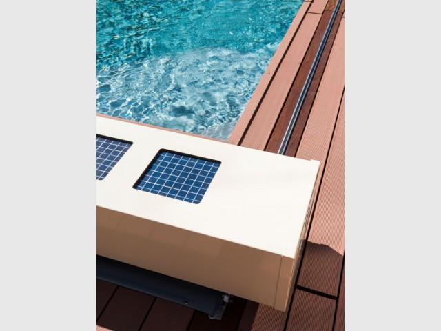 Un système de rails incrustés dans les margelles - Une couverture de piscine dissimulée dans une terrasse paysagère